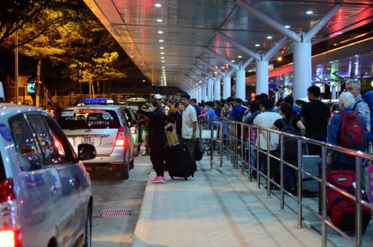 """Tình trạng taxi từ chối chở khách đi gần là chuyện """"xảy ra như cơm bữa"""" ở khu vực sân bay. Theo các tài xế, để đón được khách ở đây, mỗi lần chờ họ phải đậu hàng tiếng đồng hồ mới được xếp chuyến nên nếu đi chuyến ngắn sẽ rất uổng công chờ đợi của họ."""