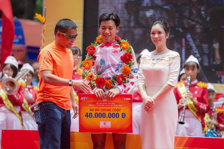 Ngày 30/4 khi chặng đua kết thúc, Phó Chủ tịch Lý Nhã Kỳ đã tới chung vui và trao giải Áo đỏ chung cuộc cho người đoạt giải.