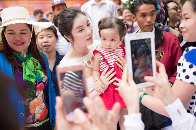 Dù liên tục bận rộn công việc, người đẹp vẫn dành thời gian giao lưu và chụp hình cùng các em nhỏ.