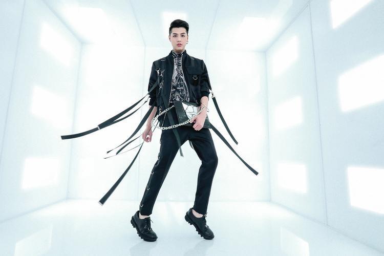Tất cả những xu hướng mới và thịnh hành nhất được Chung Thanh Phong lồng ghép một cách tinh tế, chuẩn chỉnh, không thừa cũng không thiếu.