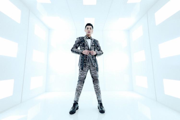 Suit thường mang tới vẻ ngoài sang trọng, lịch lãm nhưng với Chung Thanh Phong, anh muốn trở nên mới lạ và sáng tạo theo cách riêng để thoát khỏi sự nhàm chán, khô khan.