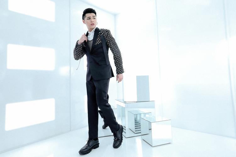 Sáng tạo trên chất liệu sẵn có, không đổi mới về phom dáng mà Chung Thanh Phong tập trung về sự biến hoá bề mặt bên ngoài của trang phục, giúp người mặc có được sự tươi trẻ, mới mẻ hơn.