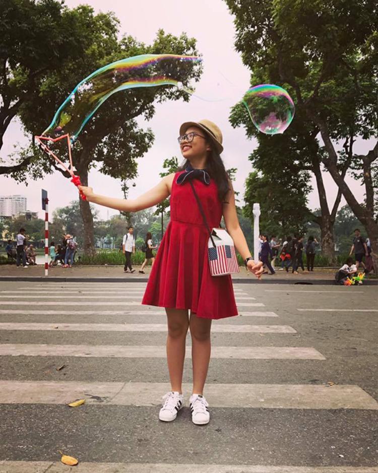 Phương Mỹ Chi thích thú chơi bong bóng…