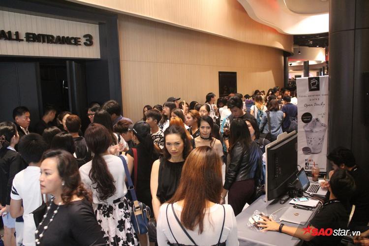 Trước sảnh sân khấu, các khán giả bao vây đông nghịt chật kín lối đi