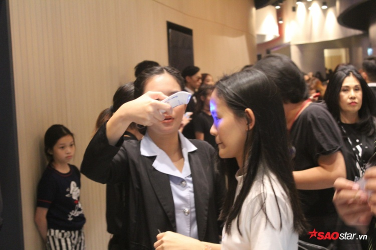 Tất cả những người tham dự phải được đo nhiệt độ cơ thể, đề phòng những trường hợp bị cảm sốt có thể gây ảnh hưởng tới toàn bộ khán giả có mặt tại đêm Chung kết, đặc biệt là với sự có mặt của Công chúa Thái Lan.