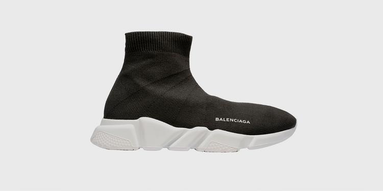 """Sau bao năm ngáp ngắn ngáp dài, Balenciaga Speed Trainer nhảy ra như một sự lột xác. Ngày Balenciaga tung mẫu thiết kế """"lạ đời"""": dạng boots cổ cao, lại không dây buộc nhưng điểm không dây đó mới chính là mấu chốt vàng dẫn đến sự bùng nổ lâu dài củaSpeed Trainer."""