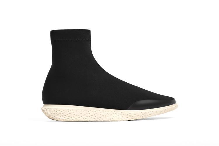 """Phiên bản y xì được Zara đặt cái tên dài ngoằngHigh Top Black Sock Sneakers. So giá niêm yết$70 (1.600.000 VNĐ) với con số $545 (12.500.000 VNĐ) gấp 4 của Balenciaga thì quả là """"dễ thở""""."""