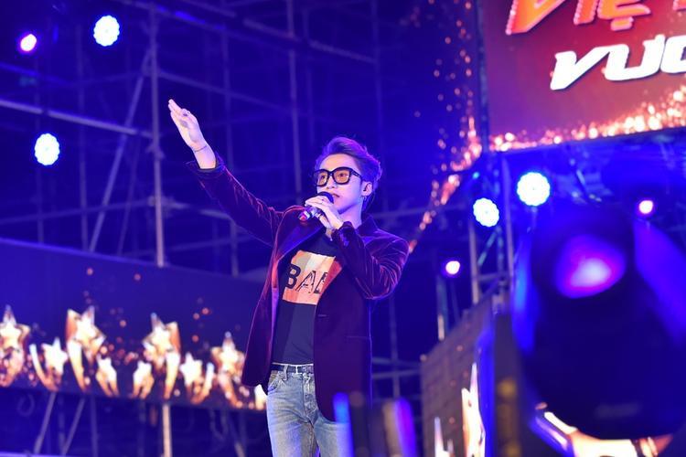 Sơn Tùng M-TP bảnh bao trong đêm nhạc tối 1/5.