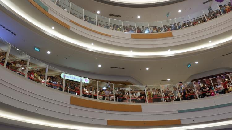 Tầng 2 và 3 cũng đông kín người, chủ yếu các bạn đều nán lại theo dõi màn biểu diễn tuyệt vời của Isaac.
