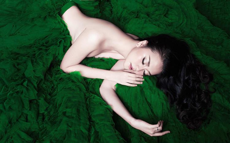 Thiều Bảo Trang tung loạt ảnh táo bạo, hóa thân thành mỹ nhân ngư ra mắt single mới