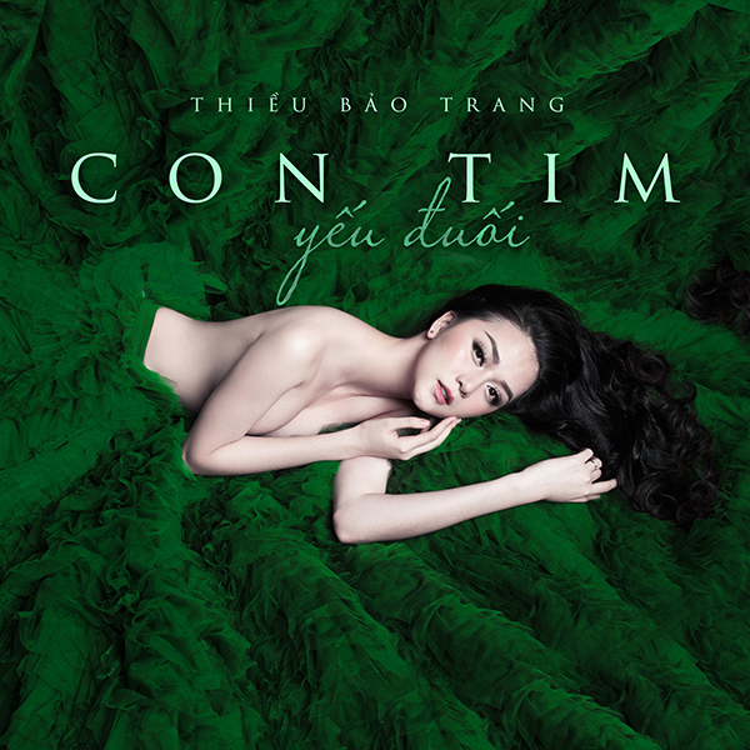 Hình ảnh bìa single khoe bầu ngực khá táo bạo của Thiều Bảo Trang.