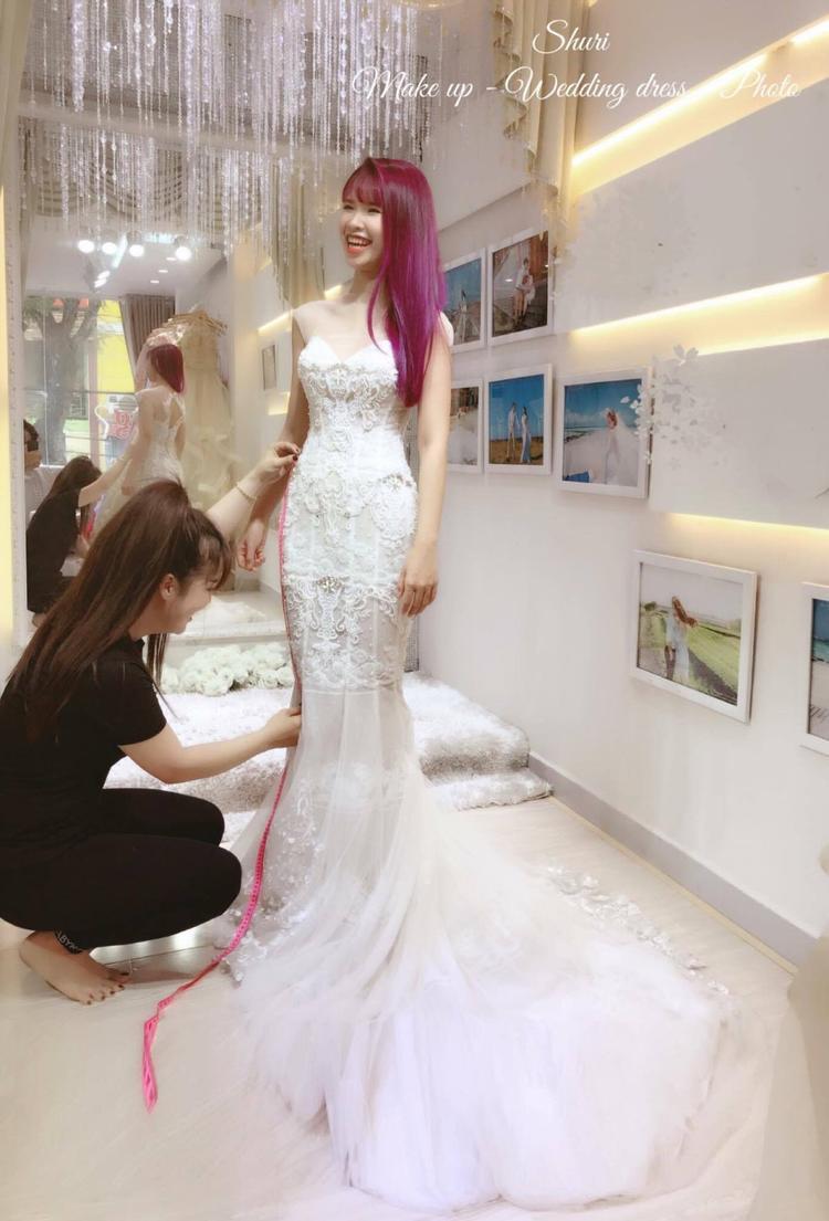 Khởi My tươi cười rạng rỡ trong chiếc váy cưới màu trắng cùng mái tóc tím nổi bật.