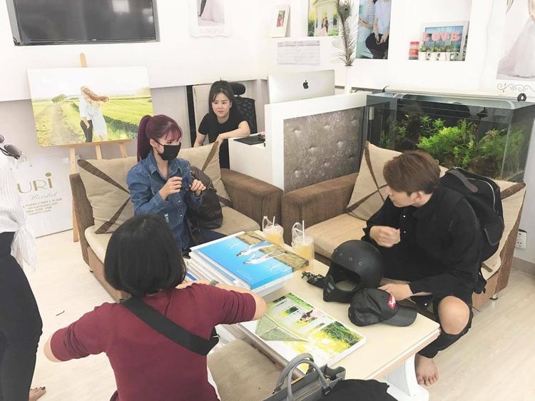 Khởi My, Kelvin Khánh cùng má Năm (mẹ của Khởi My) có mặt tại một tiệm áo cưới để thử váy.