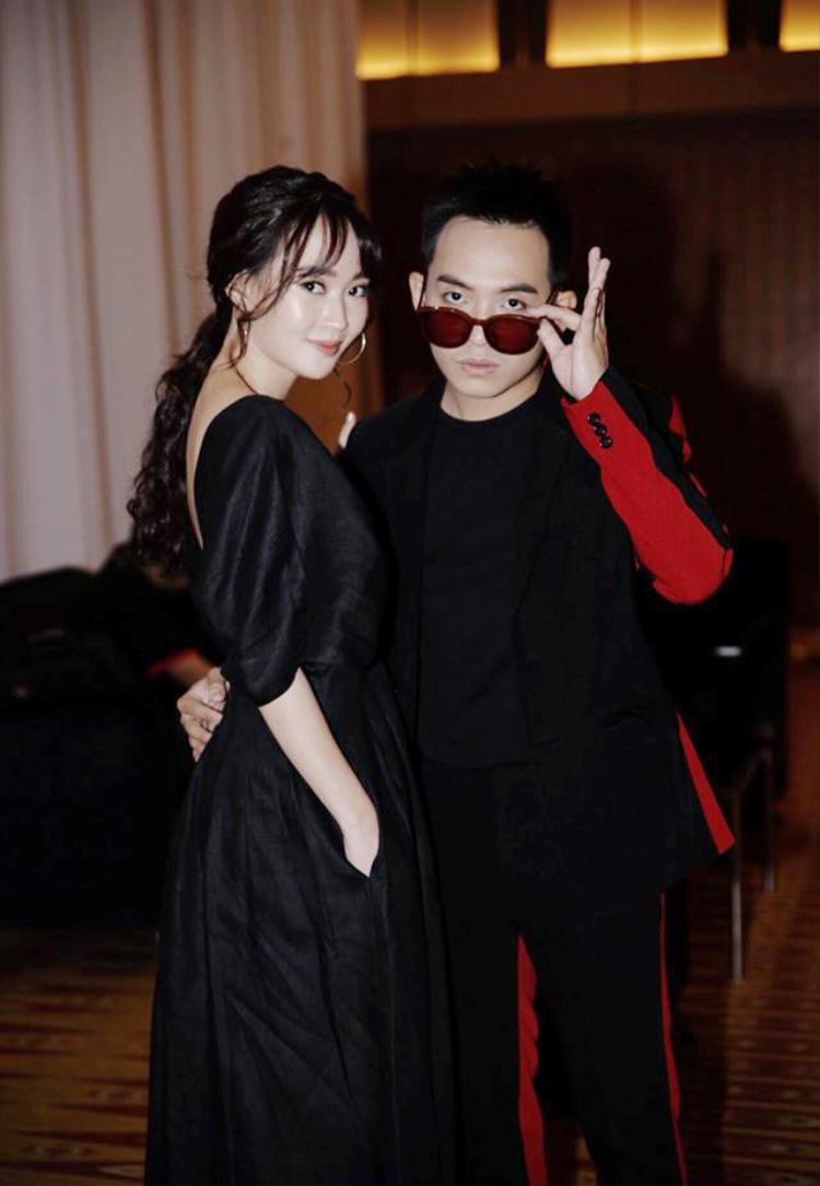 """Dù cách đây ít ngày cặp đôi đã gây ra tranh cãi gây gắt trong cộng đồng mạng cũng như cộng đồng fan Kpop nói riêng về vụ việc Jessica trong lễ trao giải Influence Asia diễn ra lại Malaysia nhưng cặp đôi vẫn bên cạnh nhau, vượt qua """"bão"""" dư luận."""