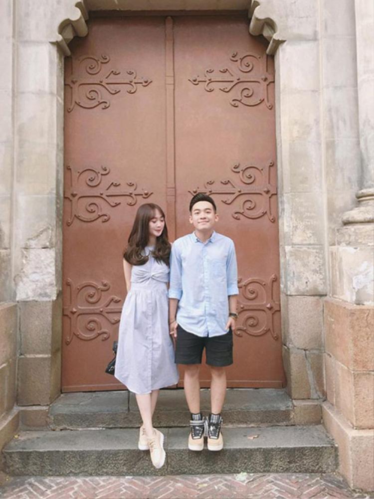 """Phở và Sun Ht được mệnh danh là cặp đôi """"cute nhất quả đất"""" khi sở hữu """"bộ sưu tập"""" đồ đôi cực khủng. Trong những chuyến du lịch chung, cả hai thường mặc trang phục đồng màu, cùng kiểu và chụp ảnh tạo dáng rất dễ thương."""