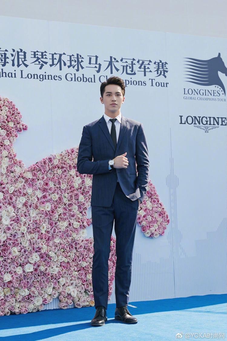 Hứa Ngụy Châu lịch lãm như một tổng tài xuất hiện tại Thượng Hải