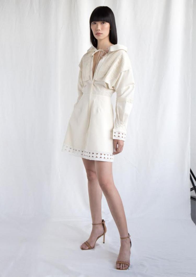 Điểm nhấn khẳng định Lâm Gia Khang đã thật sự trưởng thành đến tự việc anh dám thay đổi vẻ đặc trưng của mình bằng chất liệu Khaki, Linen, lưới… giúp tinh thần phóng khoáng, mạnh mẽ của người phụ nữ nâng lên tầm cao mới.