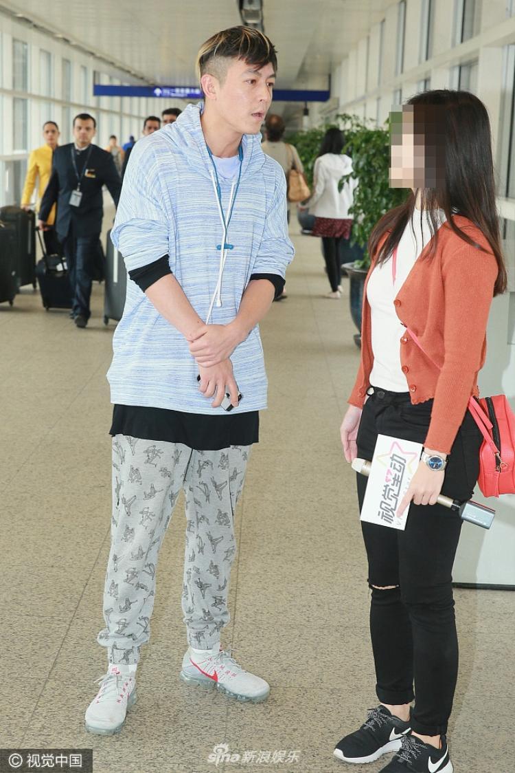 Trần Quán Hy tranh luận với phóng viên vì người này luôn bám theo làm phiền anh.