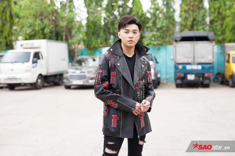 Noo Phước Thịnh bảnh trai trong trang phục có họa tiết bắt mắt đến từ NTK Kim Khanh.