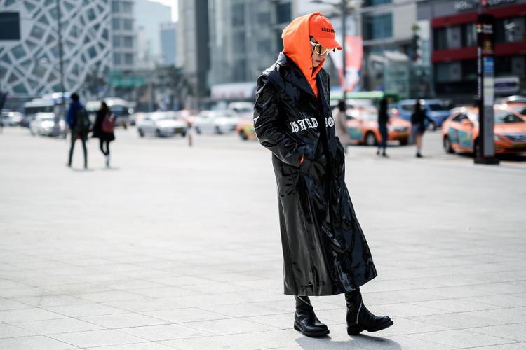 Sơn Tùng M-TP đã có màn chào sân ấn tượng tại Seoul Fashion Week 2017 với chiếc áo hoodie màu camcủa MISHBV ton sur tonvới mũ lưỡi trai. Sau bao lùm xùm về chuyện ăn mặc thì có vẻ như anh chàng đang liên tục ghi điểm khi gia nhập các món đồ hiệu từ những brand streetwear đình đám.