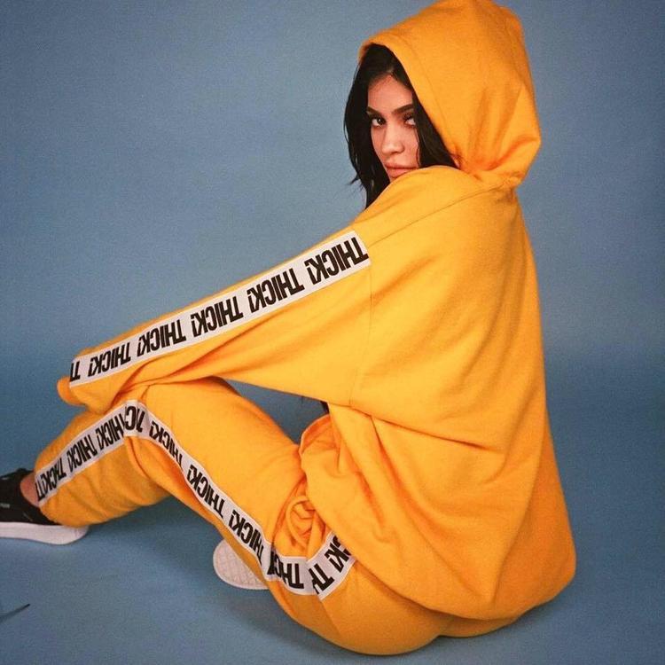 Kylie Jenner nhanh chóng cập nhật sắc cam vào nguyên set đồ của thương hiệu riêng Merchandise.