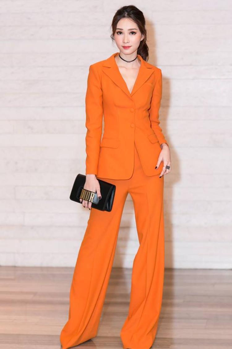 Hoa hậu Đặng Thu Thảo dù khoác trên người nguyên cây suit cam nổi bần bật từ NTK Lê Thanh Hòa cũng vẫn giữ được nét đẹp tinh khôi vốn có.