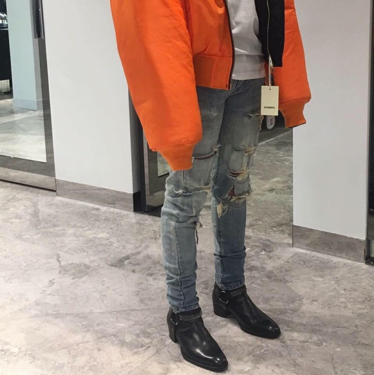 Hết sweater lại đến áo khoác bomber, item nào cũng phải là màu cam chói lọi mới chịu.