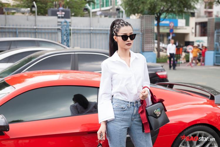 Đông Nhi sang trọng, một mình lái siêu xe đến ghi hình vòng Bán kết The Voice 2017