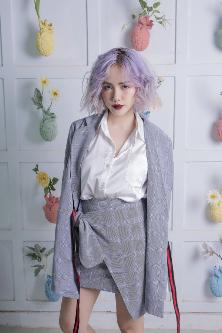 Với mái tóc tím pastel được uốn xù mì, cô nàng trông xinh như búp bê vậy.