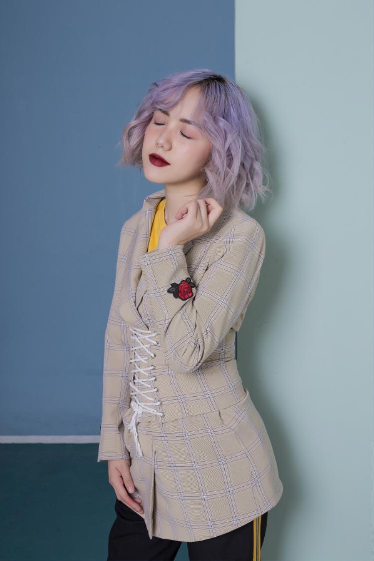 Cô nàng cũng không ngại thử những items kén người mặc như corset nịt bụng khoe eo thon cùng vóc dáng nhỏ nhắn.