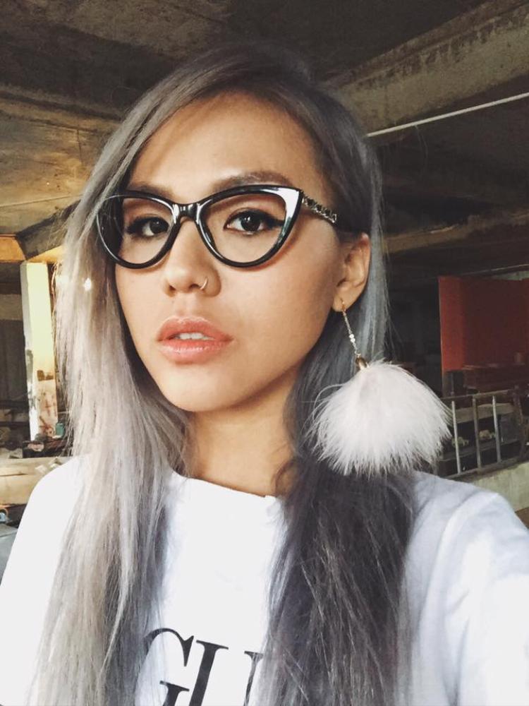 Quỳnh Như nổi bật với mái tóc sáng màu và vẻ cá tính trên khuôn mặt.