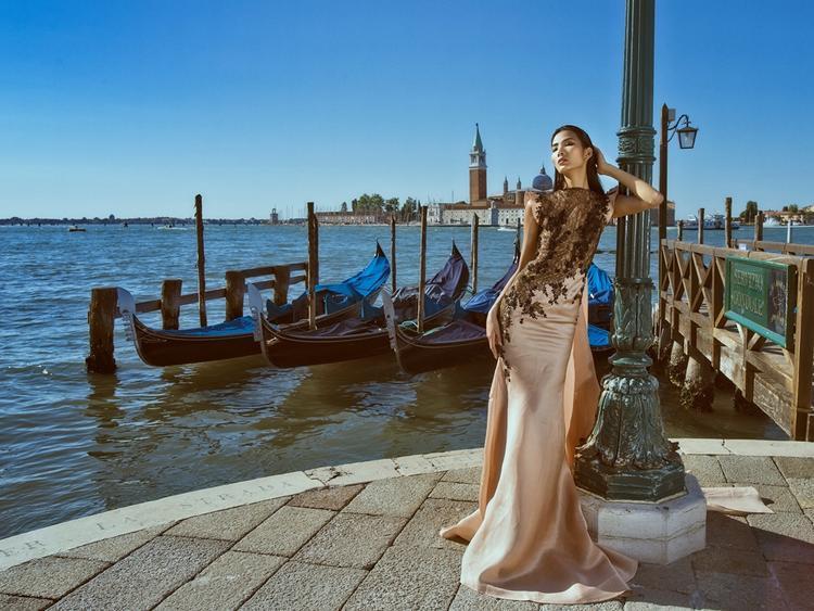 Được biết, bộ ảnh này được thực hiện tại nước Ý với những khung cảnh thơ mộng, lãng mạn và cổ kính.