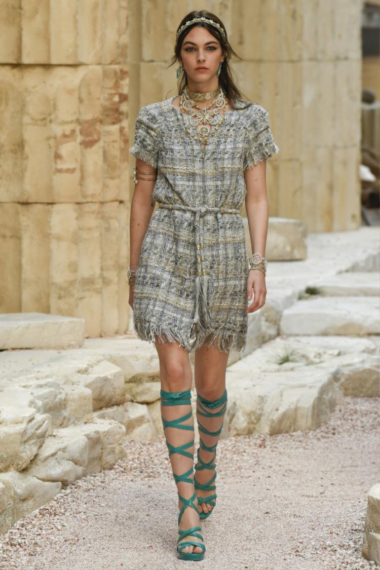 Những mẫu thiết kế lần này cũng mang đậm vẻ phóng khoáng thoải mái, bay bổng của người phụ nữ Hy Lạp.