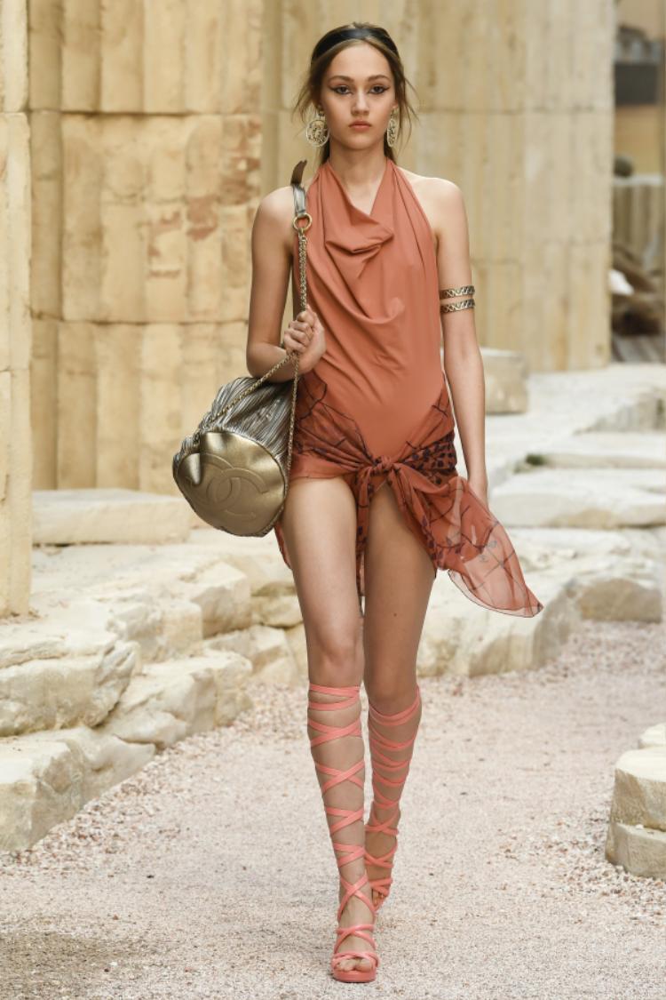 Những mẫu body suit cũng được NTK biến hóa trở nên ấn tượng và độc đáo đậm hơi thở Hy Lạp cổ đại.
