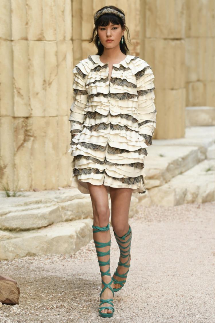 """Những kiểu áo khoác kinh điển đã được Karl biến hóa mới lạ hơn nhờ sự pha trộn chất liệu và xếp tầng độc đáo nhưng vẫn ra dáng vẻ của một """"nữ thần"""" Hy Lạp."""
