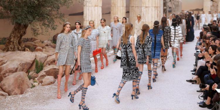 """Các """"nữ thần"""" bước đi trong một không gian ký ức về Hy Lạp cổ đại giữa lòng thành phố Paris."""
