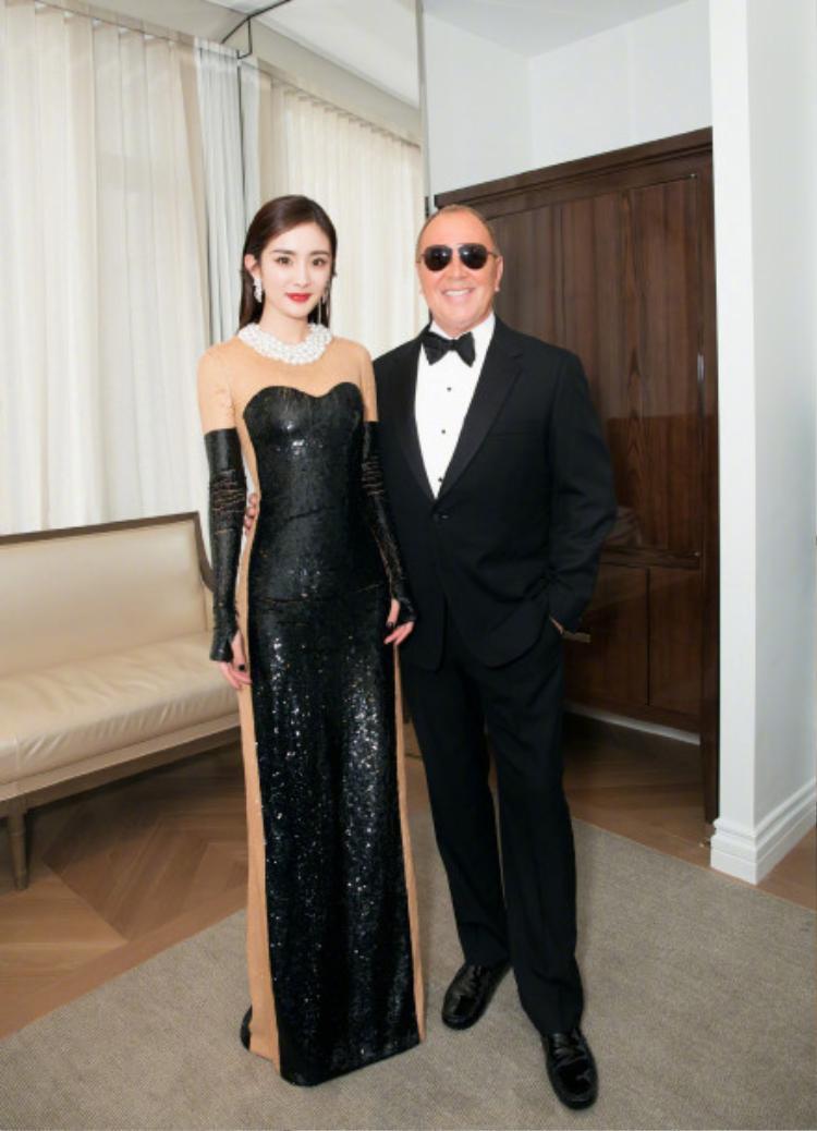 Dương Mịch chụp cùng nhà thiết kế của thương hiệu cao cấp quốc tế Michael Kors.