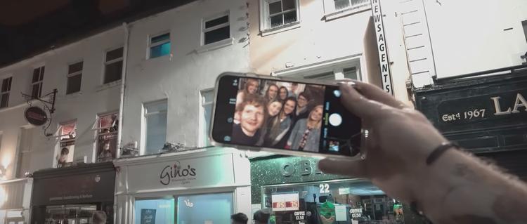 Selfie với nhóm người hâm mộ khác.