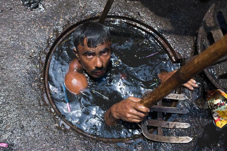 Anh là đại diên cho rất nhiều công nhân móc cống thuộc tập đoàn thành phố Dhaka, thủ đô Bangladesh.