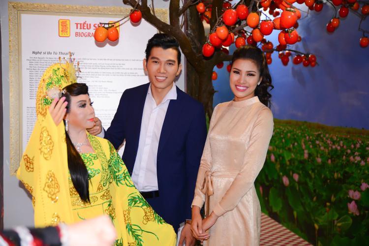 Anh và Nguyễn Thị Thành cũng hào hứng chụp cùng tượng sáp của các nghệ sĩ khác được đặt trong nhà trưng bày.
