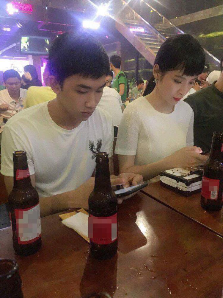 Sau đó cùng đi uống bia… Tuy nhiên, mỗi người đều bận rộn với điện thoại.