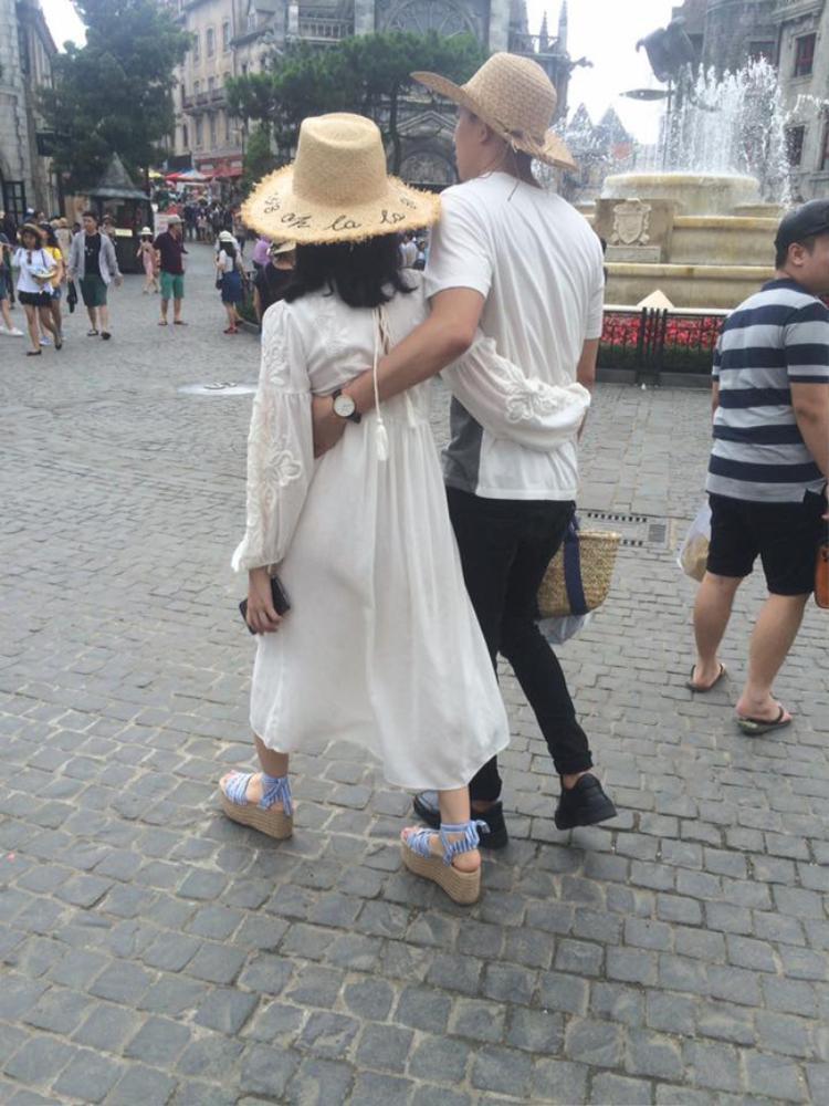 Cặp đôi vô tư ôm nhau giữa chốn đông người…
