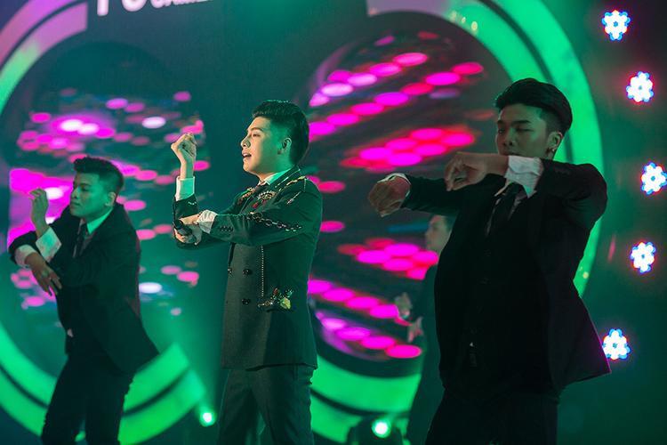 Khán giả không thể ngồi yên trước màn trình diễn của nam HLV Giọng hát Việt 2017.