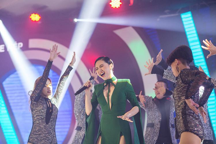 Cô nàng gửi tới khán giả Đà Nẵng những ca khúc vô cùng nóng bỏng.