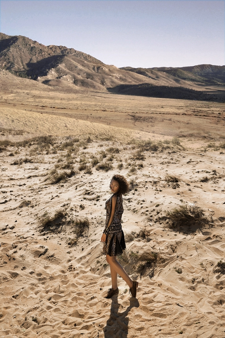 Diện những bộ trang phục với họa tiết lấy cảm hứng từ hình thái sa mạc của NTK Lê Thanh Hòa trong BST Safari, Minh Triệu thả dáng và đốt mắt người xem với sự hoang dã nhưng cũng đầy quyến rũ.