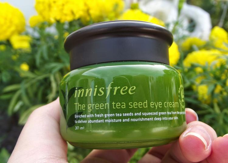 """Hũ nhựa màu xanh nhìn vào đã đúng chất """"green tea"""" như tên gọi. Tuy vậy sản phẩm không có muỗng nhựa đi kèm nên hơi bất tiện trong việc lấy kem mắt."""
