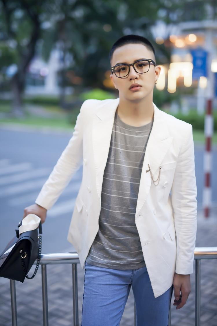 Tổng thể là sự hòa quyện giữa hai phong cách suit lịch lãm và áo phông, quần jeans thể hiện sự năng động, cá tính.