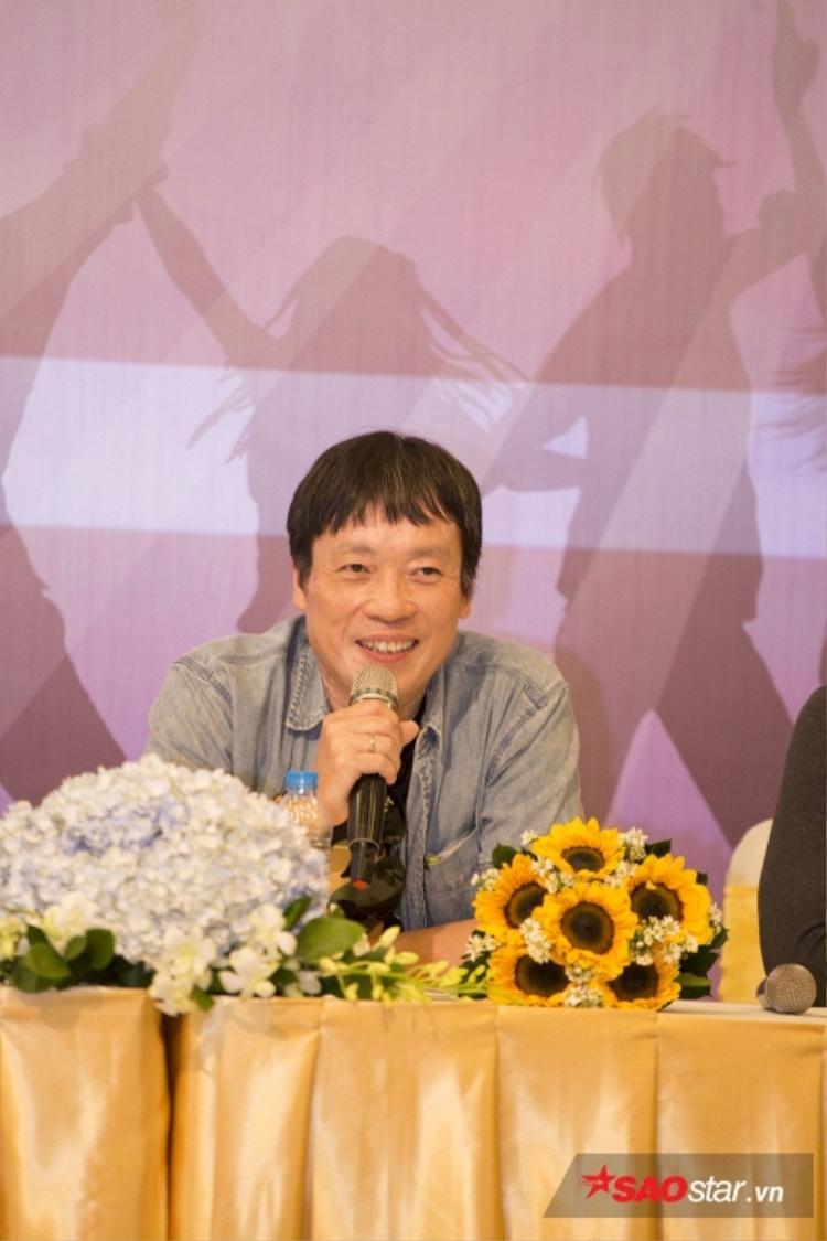 Đạo diễn Nguyễn Đức Việt vui vẻ trả lời các câu hỏi của báo chí về việc phim bị hoãn phát sóng.