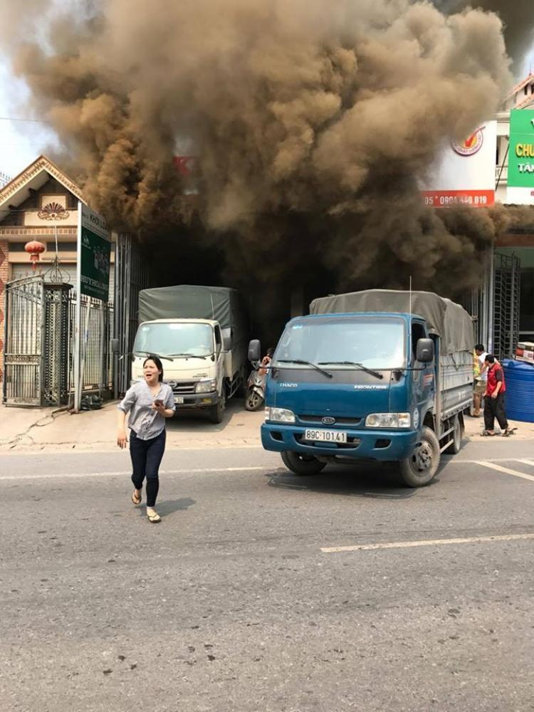 Lửa bùng cháy sau tiếng nổ lớn.