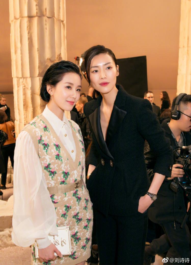 Bã xã Ngô Kỳ Long chụp hình cùng siêu mẫu nổi tiếng Lưu Văn.